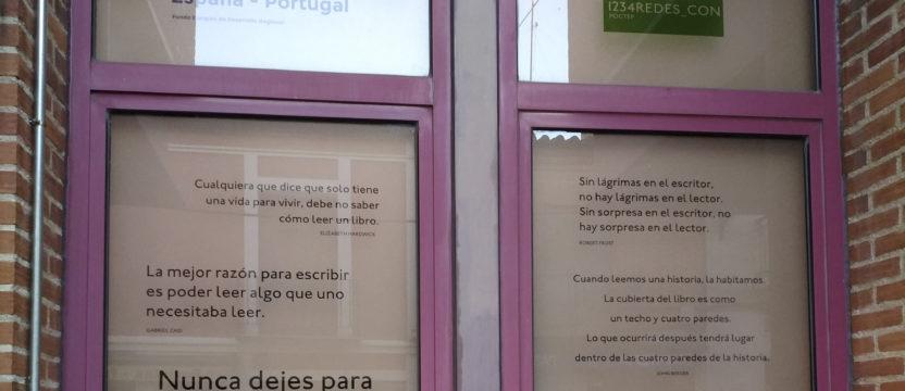 Los ventanales y paredes de la biblioteca pública de Peñaranda de Bracamonte visten ya los vinilos diseñados en el marco del proyecto 1234REDES_CON